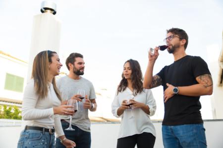 Amigos bebiendo vino tinto y aprovechando sus propiedades para la salud
