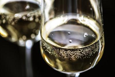 Dos copas con tipo de vino espumoso