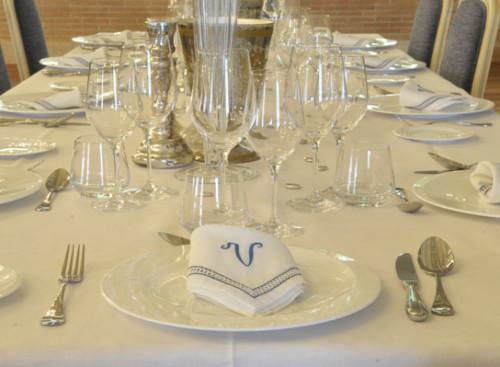 Mesa servida para maridaje de vinos y comida