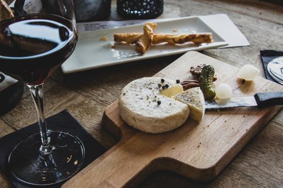 Maridaje de copa de vino tinto y con tabla de quesos fuertes
