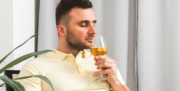 Hombre oliendo vino en fase olfativa de la cata de vinos