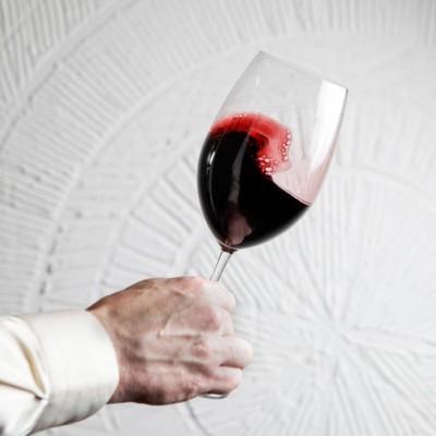Copa de vino en movimiento en fase visual de la cata de vino