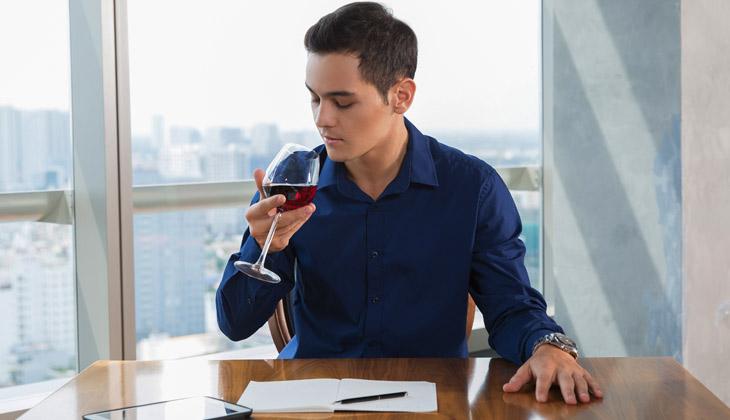 Hombre aprendiendo cómo catar vino