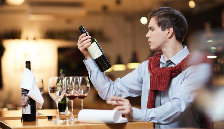 Hombre sumiller realizando una cata de vinos
