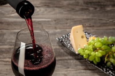 Sirviendo copa e vino de una botella de vino una vez abierta