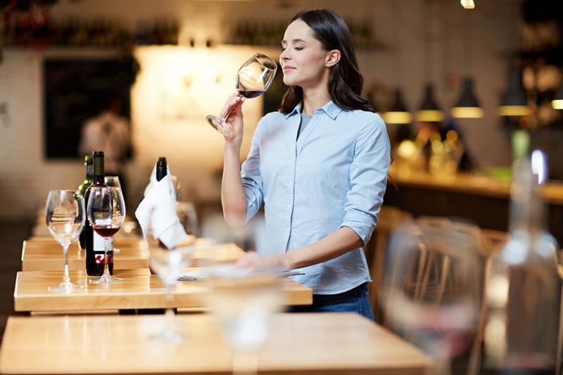 Sommelier comprobando estado de conservación de un vino abierto