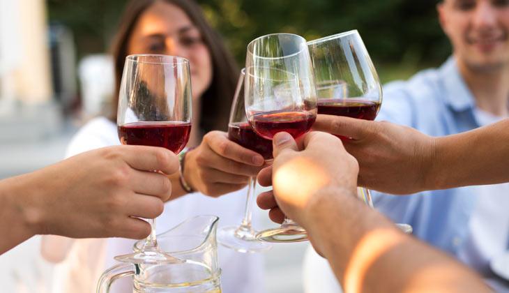 Amigos brindando con vino dulce