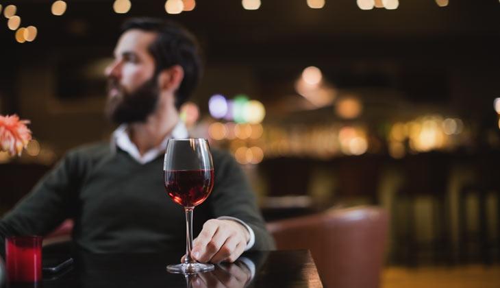 Hombre bebiendo una copa de vino tinto