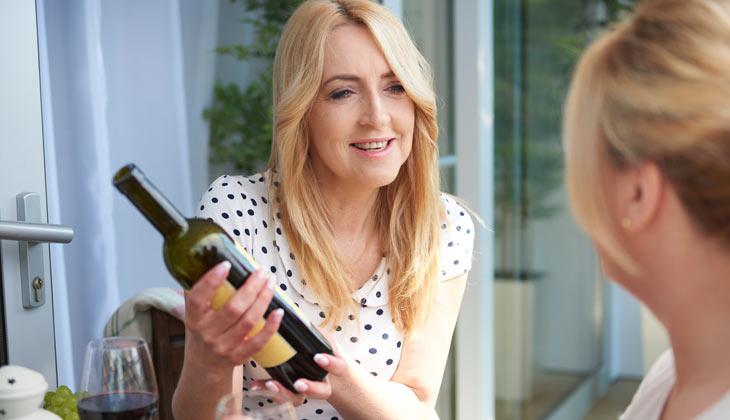 Mujer se pregunta cómo elegir un buen vino